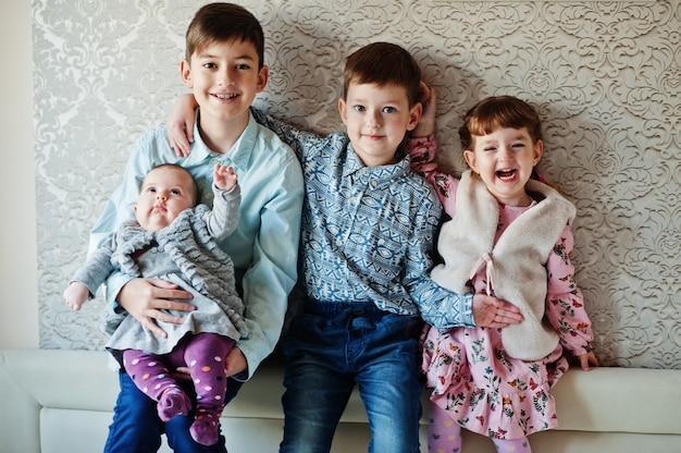 Vier kinderen. grote gelukkige familie thuis.