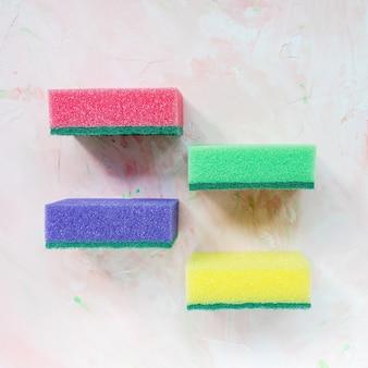 Vier kleurrijke sponzen voor de afwas