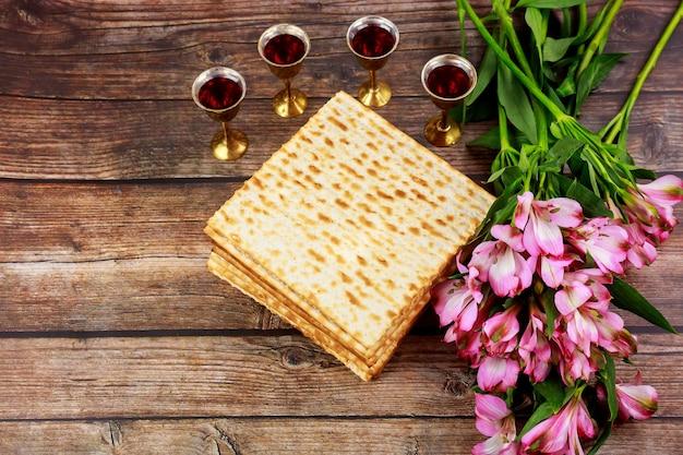 Vier kopjes wijn met matzah. joodse feestdagen pascha concept.