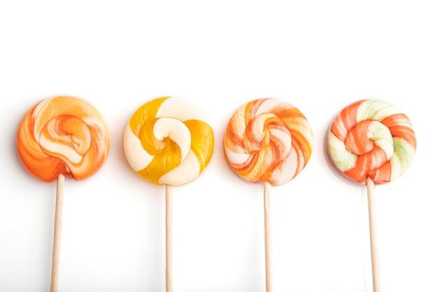 Vier lollipop snoepjes geïsoleerd op wit
