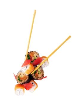 Vier makibroodjes op een rij met zalmavocado, tonijn en komkommer die op witte achtergrond wordt geïsoleerd