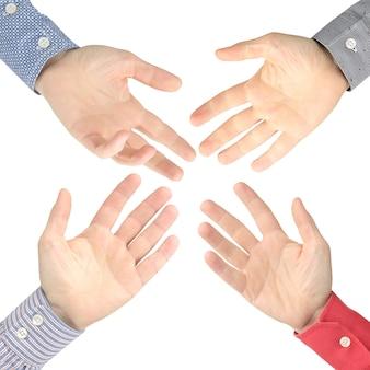 Vier mannenhanden strekten zich naar elkaar uit op een witte ruimte. discussie, hulp en sociale relaties. diplomatie en gebarentaal tussen tegenstanders