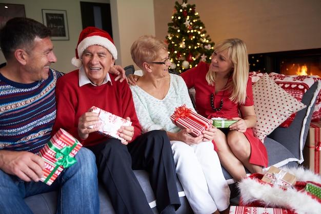 Vier mensen in de woonkamer met kerst