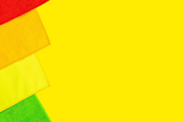Vier microfiber stof stoffen liggen op fel geel