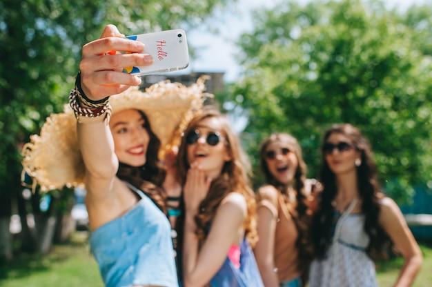 Vier mooie meisjes hippies doen selfie buitenshuis