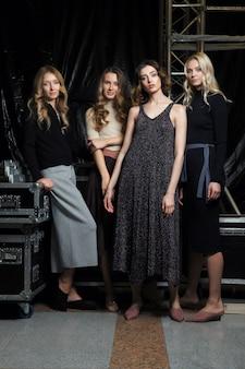 Vier mooie meisjes in gebreide kleding