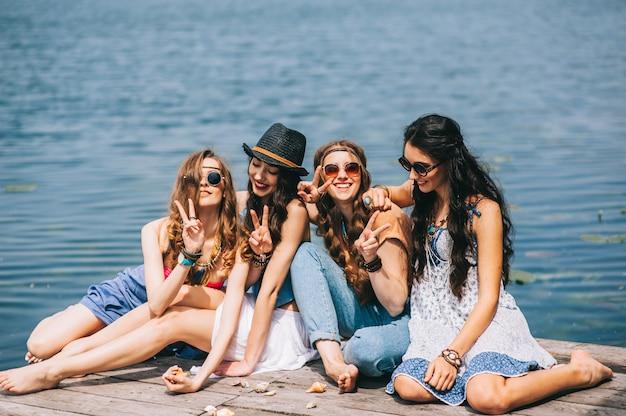 Vier mooie meisjes op het strand