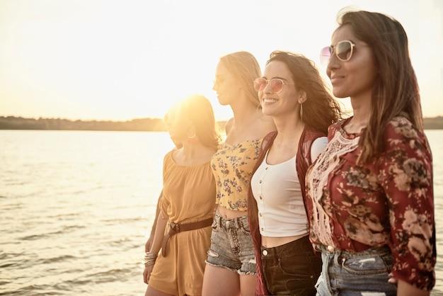 Vier mooie vrouwen op het strand
