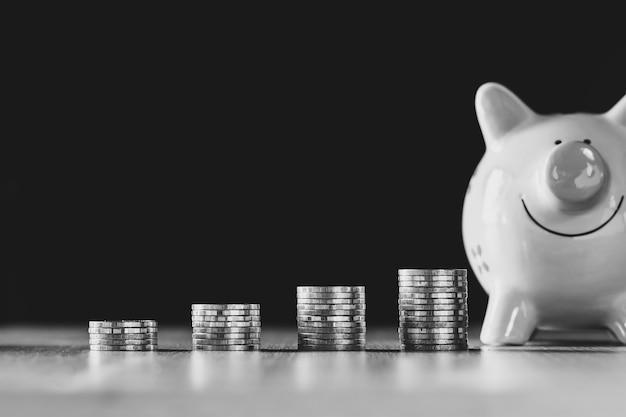 Vier munten worden op elkaar gestapeld en er is ook een spaarpot.