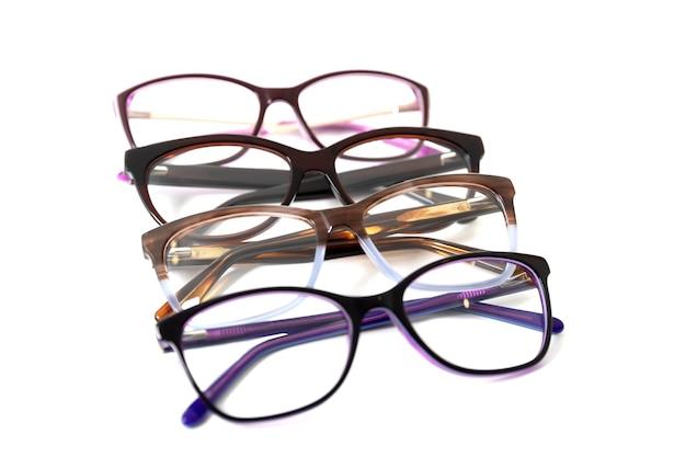Vier paar modieuze plastic brilmonturen