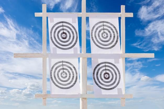 Vier pictogramdoelen tegen een blauwe hemel.