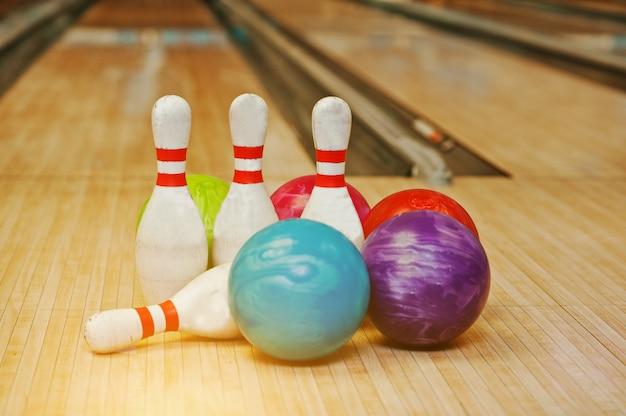 Vier pinnen met vijf bowlingballen