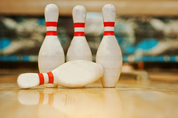 Vier pinnen op bowling houten steegje