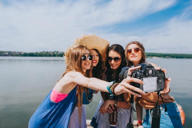 Vier prachtige hippie meisje gefotografeerd op het dok