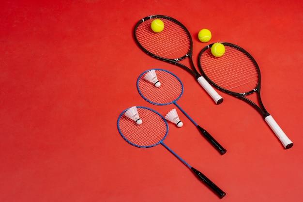 Vier rackets. rackets voor tennis en badminton
