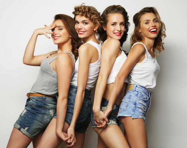 Vier stijlvolle sexy hipster meisjes beste vrienden