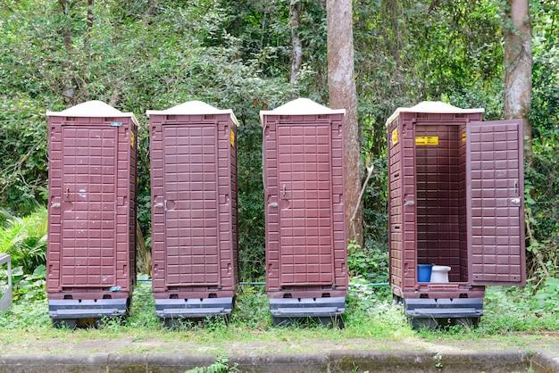 Vier toiletten in het bos