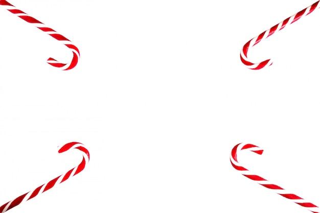 Vier traditionele new year's snoepriet van wit en rood liggen in de hoeken van een wit laken