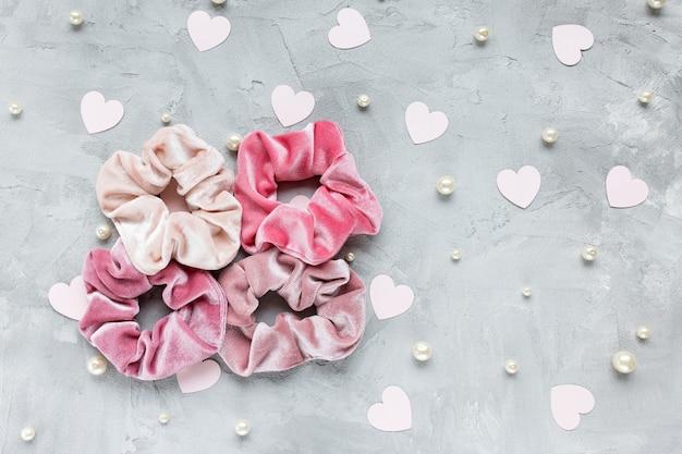 Vier trendy fluwelen scrunchies hartjes en parels