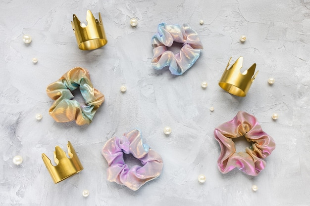 Vier trendy scrunchies, gouden kronen, parels
