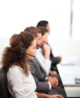 Vier vertegenwoordigers op de telefoons met oortje op