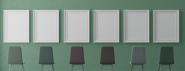 Vier verticale witte frames en stoelen op groene muur