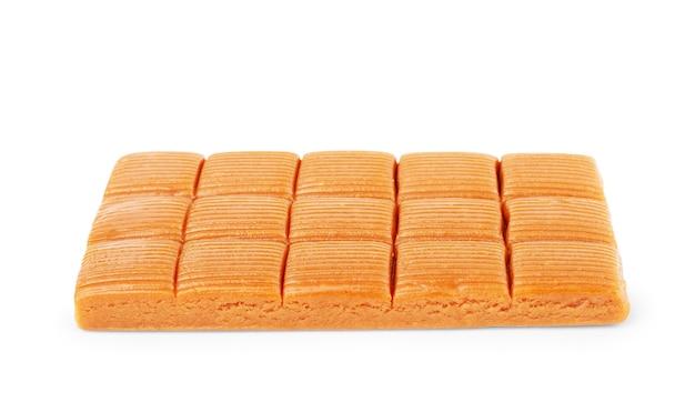 Vier vierkante stukjes toffee karamel close-up geïsoleerd op een witte achtergrond