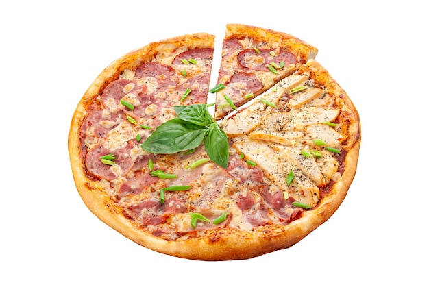 Vier vleespizza. tomatensaus, ham, gerookte borst, cervelat, kipfilet, mozzarella kaas, oregano witte achtergrond. geïsoleerd. detailopname.
