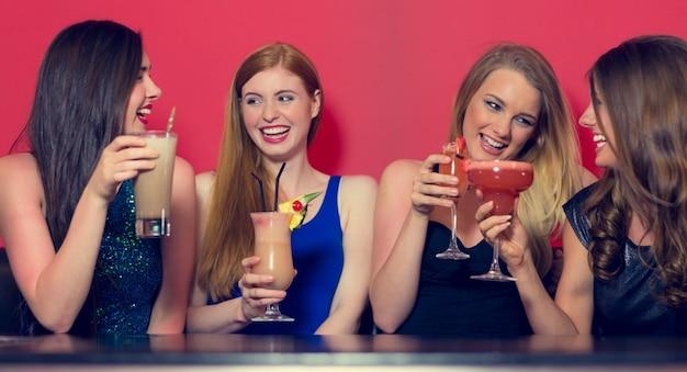 Vier vrienden die een partij hebben die cocktails houden