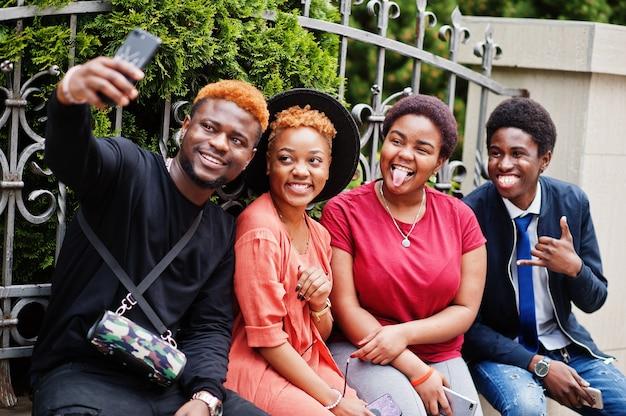 Vier vrienden maken selfie buitenshuis
