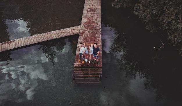 Vier vrienden op excursie aan het meer. luchtfoto