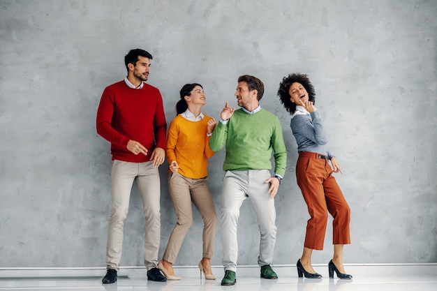 Vier vrolijke speelse succesvolle zakenmensen dansen.