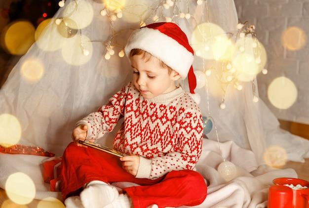 Vieren kerst online conferentie jongen met een kerst video-oproep