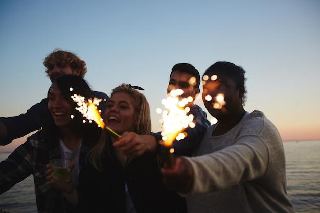 Vierend gedenkwaardig evenement met vrienden