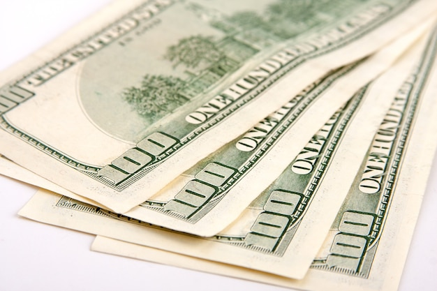 Vierhonderd dollar biljet geïsoleerd op wit