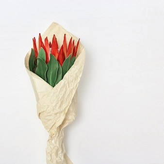 Viering achtergrond met boeket bloemen in papier verpakking mooie bloem protea, grote exotische plant en kopie ruimte voor uw tekst op lichte achtergrond. wenskaart voor wensen. bovenaanzicht