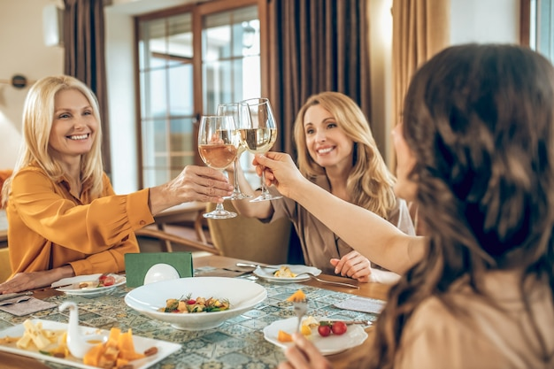 Viering. groep vrouwen die verjaardag vieren en vreugdevol kijken