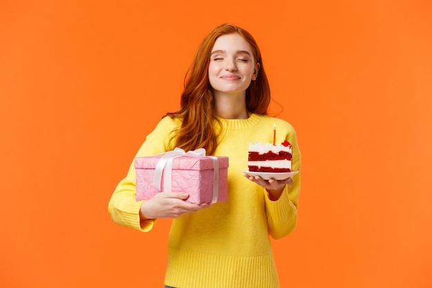 Viering, mensen en b-day concept. dromerige vrolijke en tedere roodharige vrouw vieren