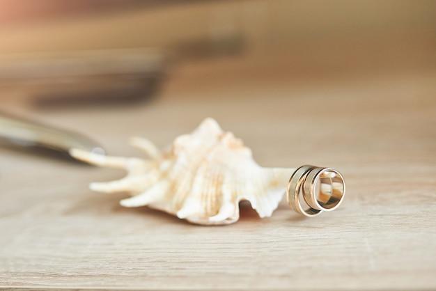 Viering valentijnsdag op strand, ringen op schelp