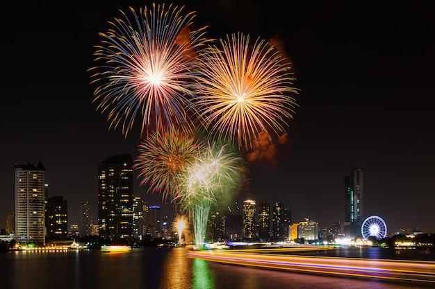 Vieringstijd in nieuwe jaarpartij 2016 in asiatique de rivier vóór bangkok thailand.