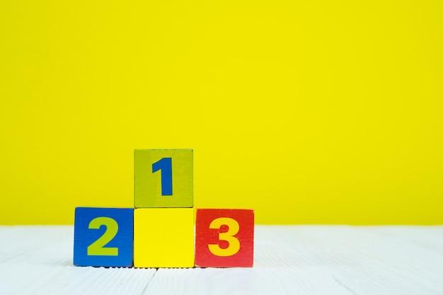Vierkant blokpuzzel nummer 1 2 en 3 op tafel