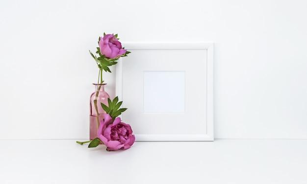 Vierkant frame met pioenrozen