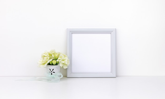 Vierkant frame met witte bloemen