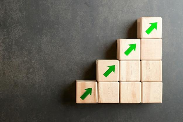 Vierkant houten blok met de groene pijl van het illustratiepictogram omhoog