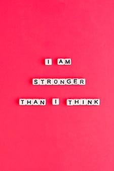 Vierkant ik ben sterker dan ik denk kralen tekst typografie op rood