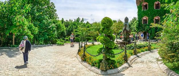 Vierkant met een fontein in het kasteel van ravadinovo park