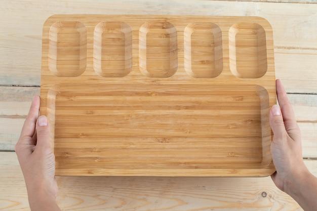 Vierkant ontbijtbord met uitgesneden stukken erop.
