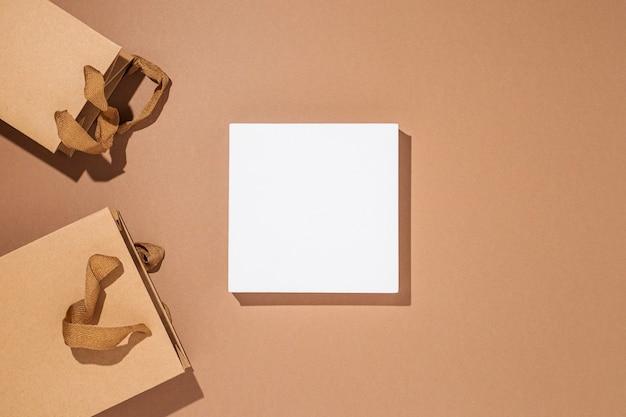 Vierkant podium voor presentatie, ambachtelijke verpakkingspakketten op een bruine kartonnen achtergrond. bovenaanzicht, plat gelegd.