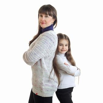 Vierkant portret van moeder en dochter glimlachend en status rijtjes geïsoleerd op wit