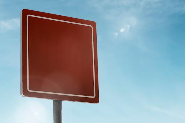 Vierkant straatnaambord onder de blauwe hemel